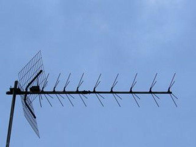 Installer une antenne TV sur un toit