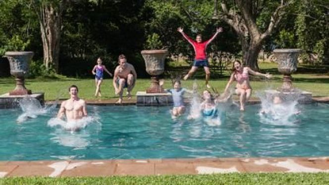 Jardin avec piscine : faire appel à un paysagiste