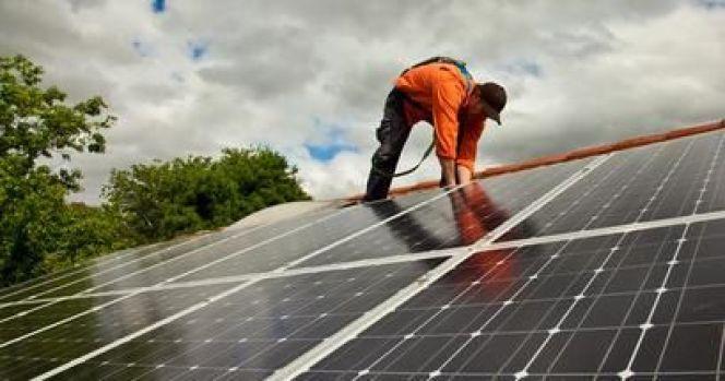 L'entretien des panneaux solaires peut être réalisé par un professionnel équipé