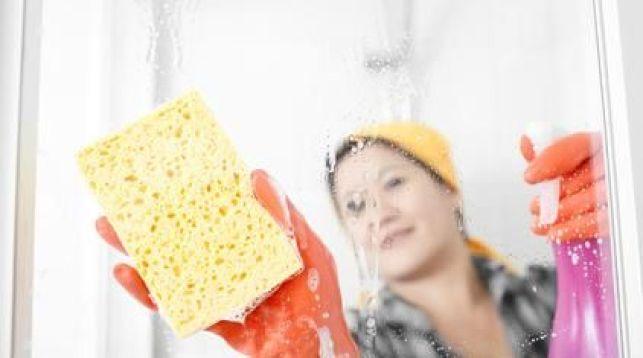 L'entretien et le nettoyage de la porte ou des parois de douche