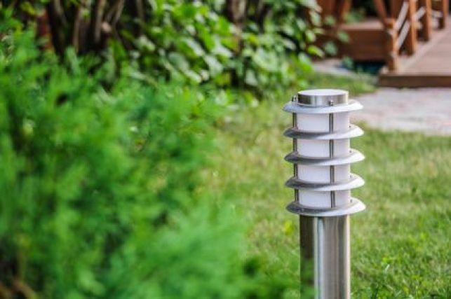 Une borne lumineuse installée dans un jardin