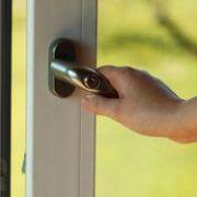 Porte-fenêtre : alu, bois ou PVC, comment la choisir?