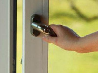 Porte-fenêtre : alu, bois ou PVC, comment la choisir ?