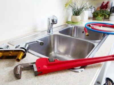 La pose d'un robinet de cuisine
