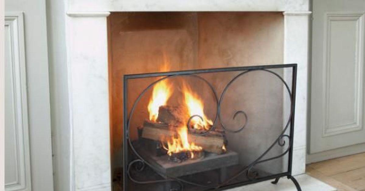 Le pare feu d une chemin e foyer ouvert - Image feu de cheminee ...