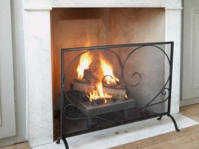 Le pare-feu d'une cheminée à foyer ouvert