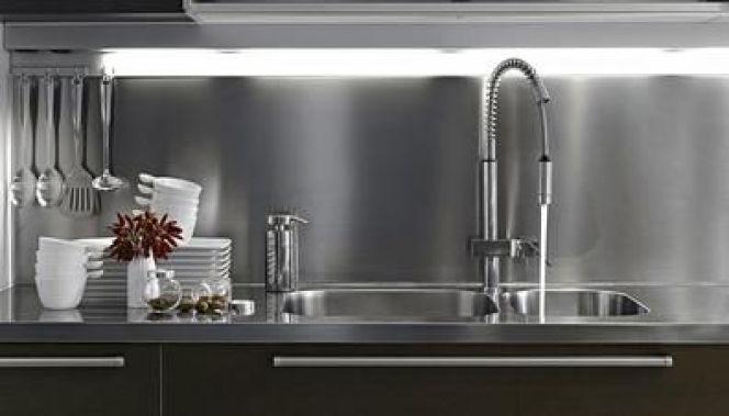 un plan de travail en inox pour une cuisine de chef. Black Bedroom Furniture Sets. Home Design Ideas