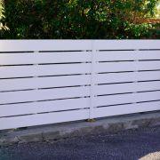 Le portail en PVC, léger et peu coûteux