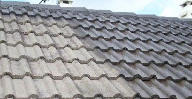 Le toit avec tuiles en béton