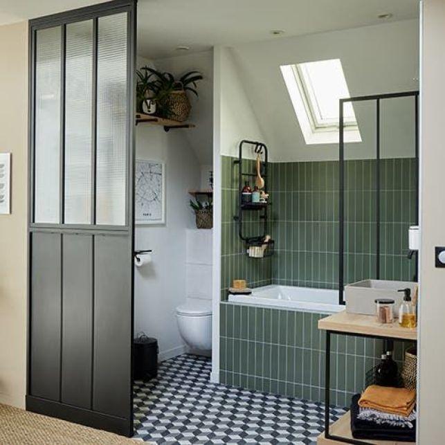Une salle de bain industrielle sous les combles