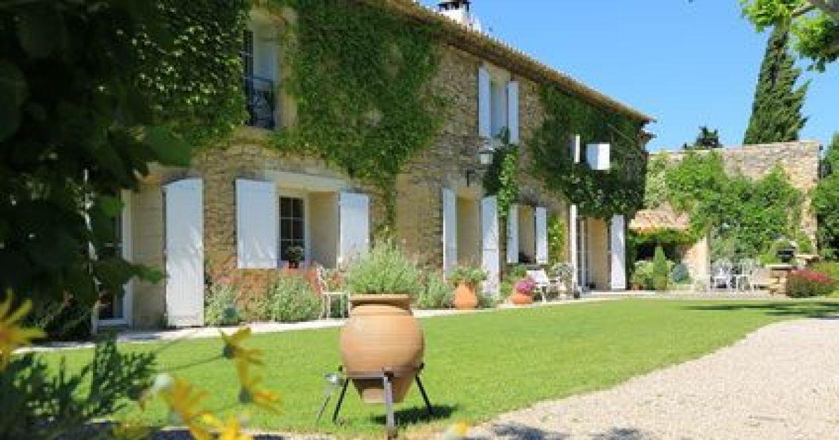 Les mas de provence maisons typiques du sud de la france for Le mas du soleil salon de provence