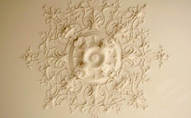Les rosaces de plafond : décorer et donner du relief au plafond