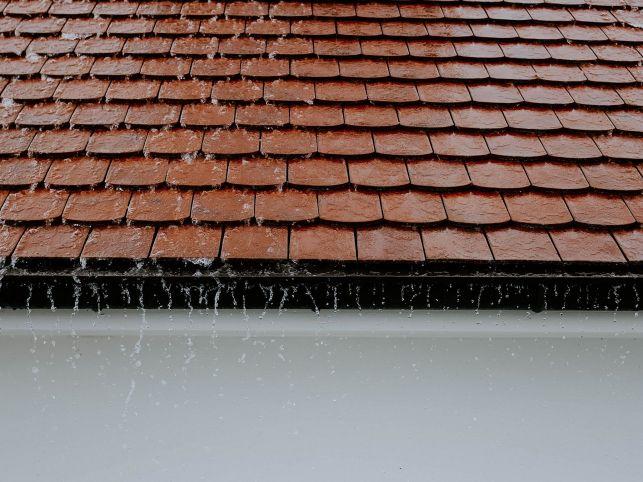 Les tarifs pour le nettoyage d'un toit par un professionnel