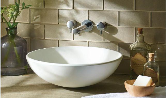 Une vasque de salle de bain à poser