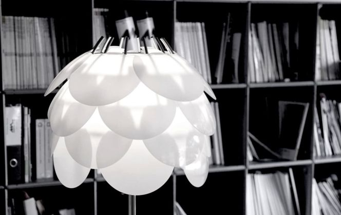 Cette lampe de table très design apportera une douche d'originalité ainsi qu'une lumière douce et chaleureuse au sein de votre pièce. © Martinelli Luce Spa