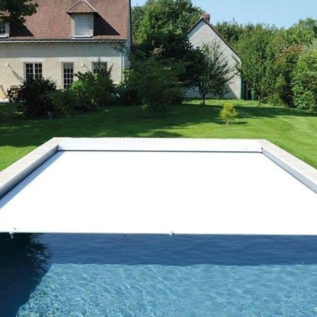 Un volet de piscine immergé autonome et automatique