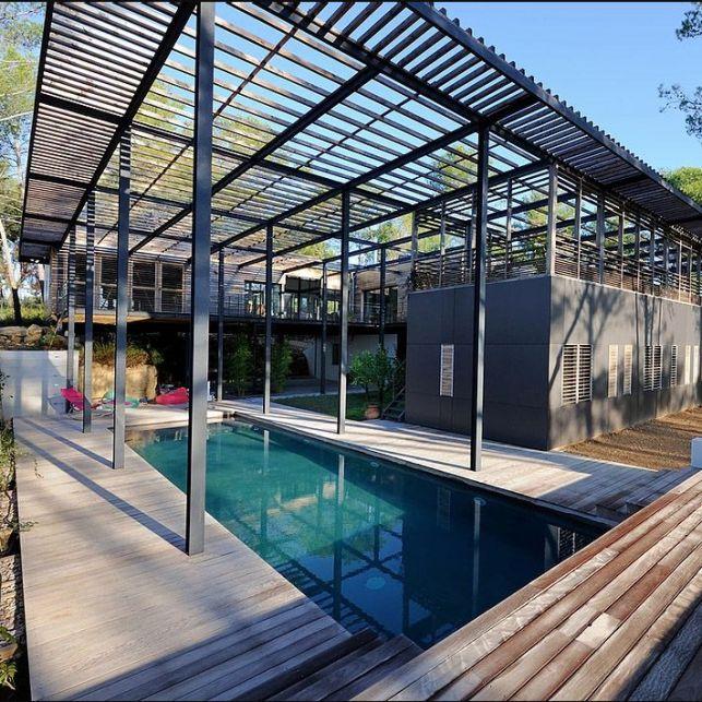 Une maison naturelle et design au cœur de la forêt
