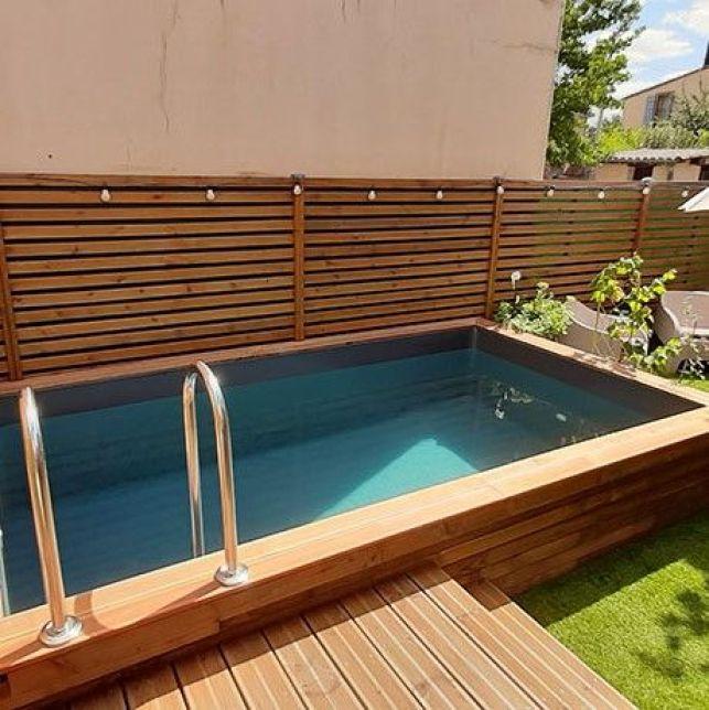La mini piscine semi-enterrée en bois donnera du charme à votre jardin