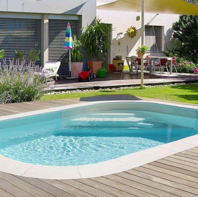 Les marches intégrées à votre mini piscine vous feront gagner d'avantage de place