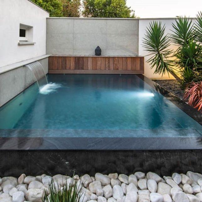 Ajoutez un débordement et une fontaine à votre mini piscine pour structurer votre extérieur