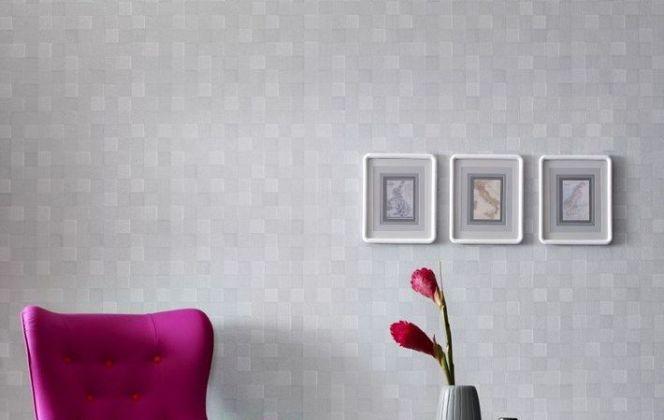 Ce papier peint aux motifs géométriques offre un magnifique effet trompe-l'œil, avec des carrés semblant sortir des murs. © Graham & Brown