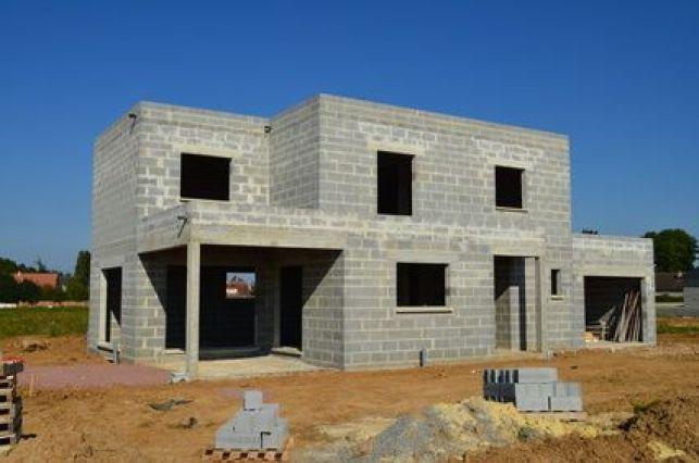 Permis de construire : affichage du panneau réglementaire sur la propriété