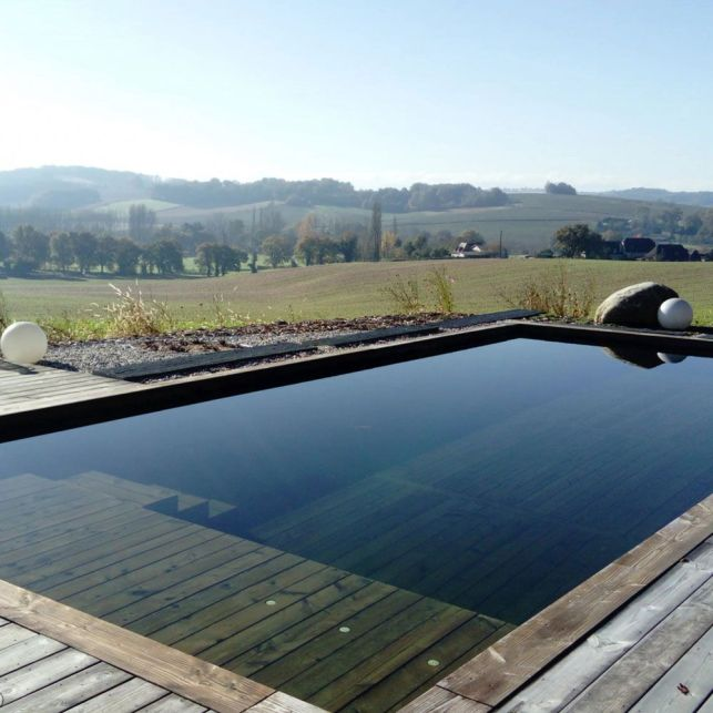 Le système de filtration écologique purifie l'eau de votre piscine.