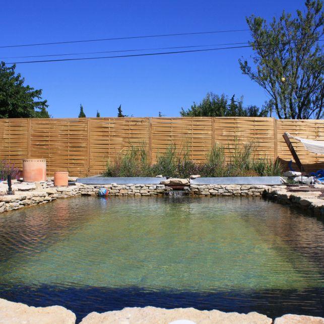 Le bassin d'épuration peut être posé sur une piscine traditionnelle en rénovation.