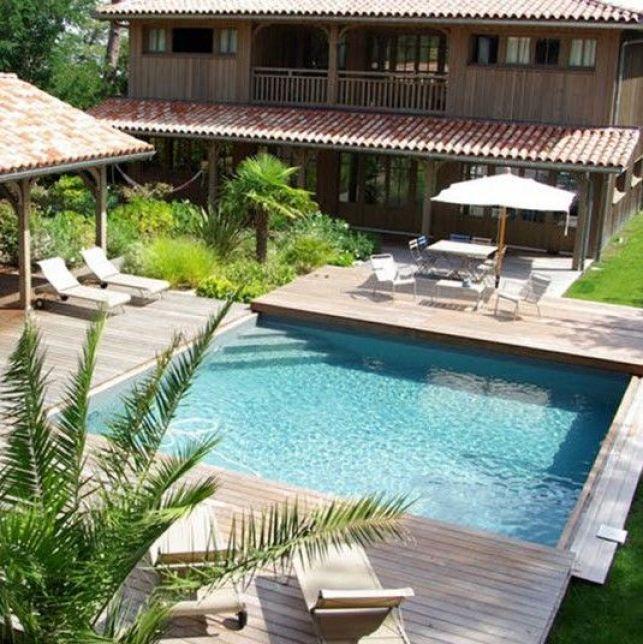 La terrasse mobile en bois créée un espace supplémentaire près de la piscine