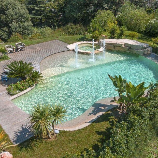 Aménagez une piscine tropicale grâce à la terrasse en bois