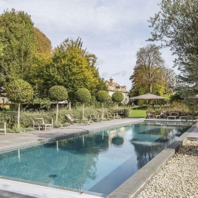 Autour de ce couloir de nage, cette plage en bois met en valeur le paysage provençale