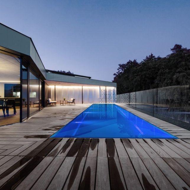 Associée à une piscine en inox, la terrasse en bois est plus moderne que jamais