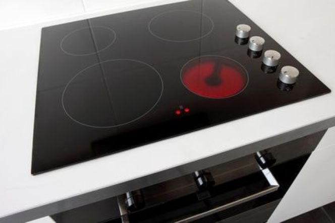 Plaque de cuisson vitrocéramique avec foyer halogène