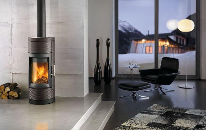 Ce poêle très design convient à différents styles d'intérieurs grâce à ses nombreuses teintes proposées. © Hase