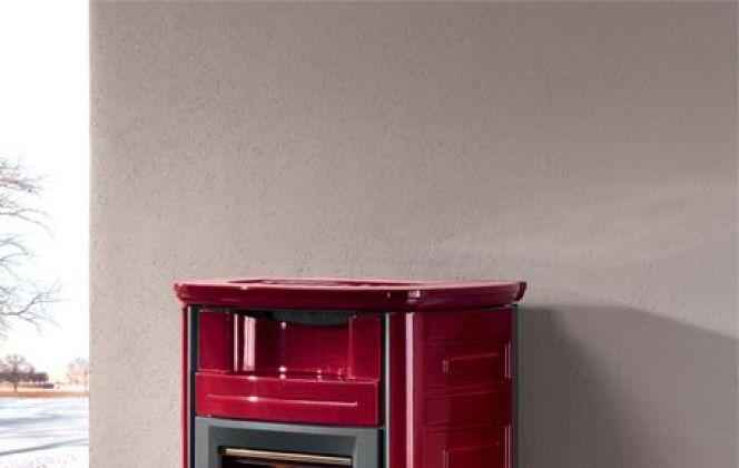 Ce joli poêle en céramique à la couleur flamboyante chauffera dignement votre pièce. © Seguin