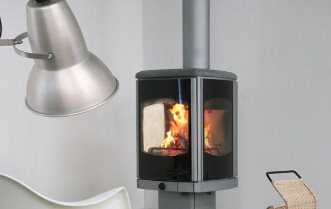 Ce poêle design en acier avec ses vitres en céramique apportera une touche contemporaine à votre salon. © Charnwood
