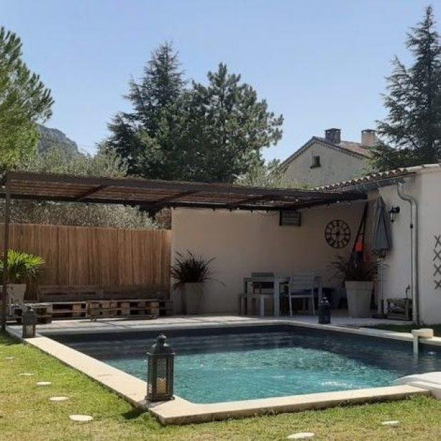 Un poolhouse aménagé dans un style méditerranéen