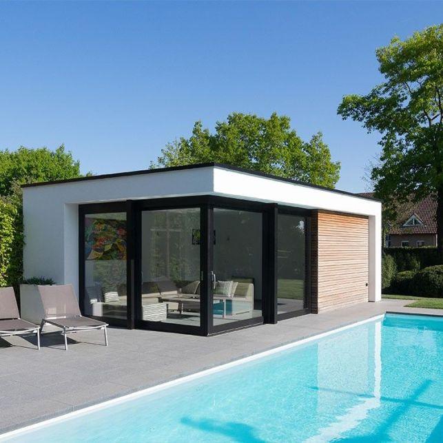 Un poolhouse moderne abritant le salon d'été