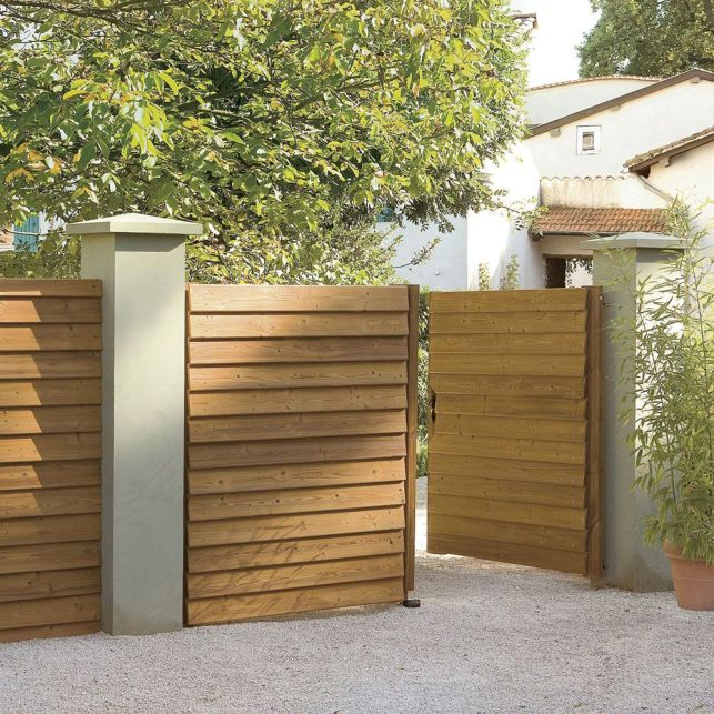 Un portail sobre et naturel en bois