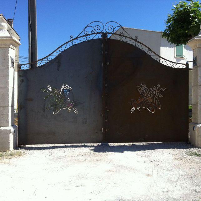 Un portail artistique en fer forgé