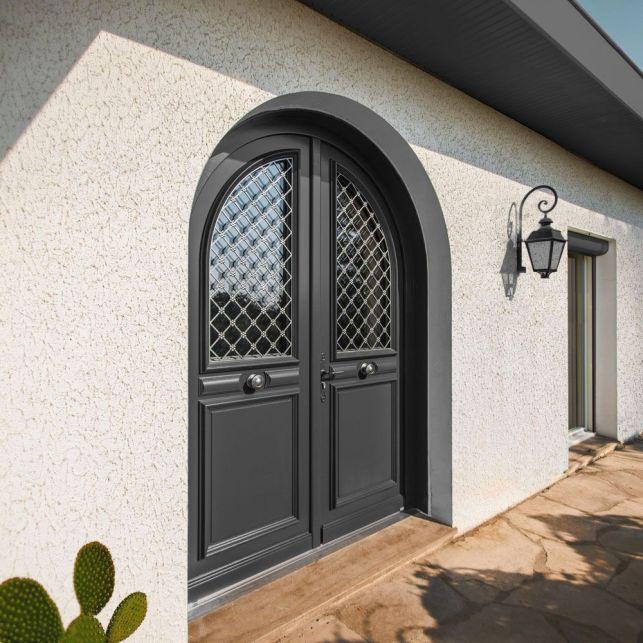 La porte traditionnelle en chêne peint