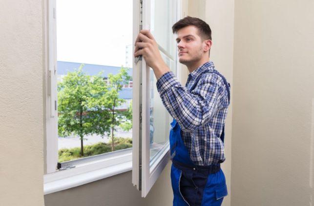 Pose d'une fenêtre avec volet intégré