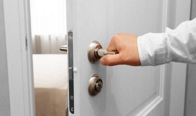 Pose d'une porte en applique