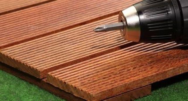 Pose des lames d'une terrasse en bois ipé