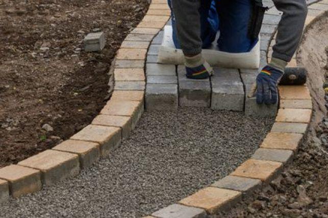 Poser des pavés d'extérieur, dans une cour ou une allée