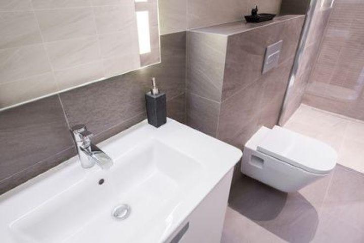 Pour ou contre l installation des wc dans la salle de bains - Comment installer un lavabo de salle de bain ...