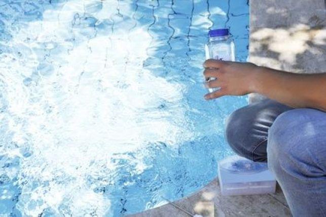 Quelles sont les alternatives au chlore pour traiter une piscine ?