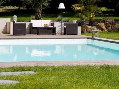 Quelles variétés de gazons semer autour d'une piscine ?