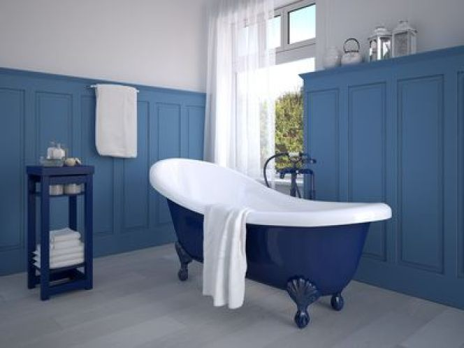 Rénover une baignoire - Baignoire peinte en bleu roi