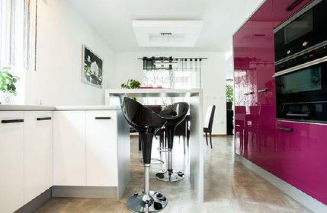 Repeindre les meubles d'une cuisine : le violet, une couleur tendance